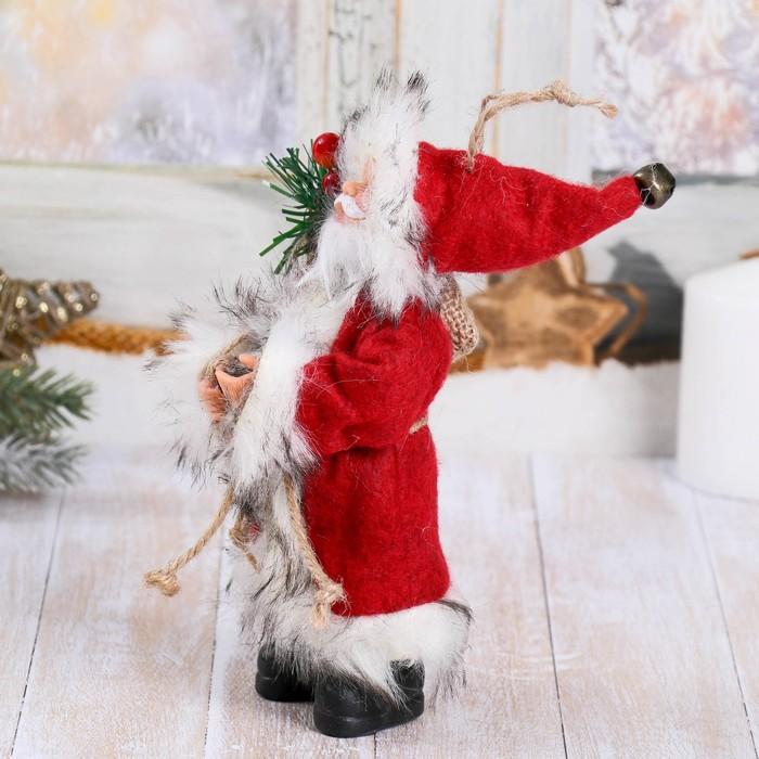 Дед Мороз в красной шубке с лесными гостинцами 16 см