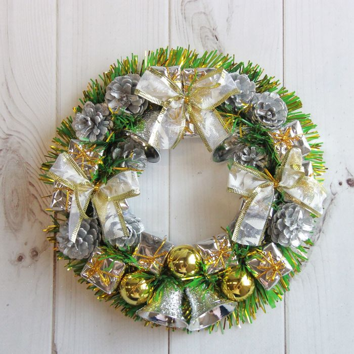Венок новогодний d-22 см с серебряными подарками и колокольчиками