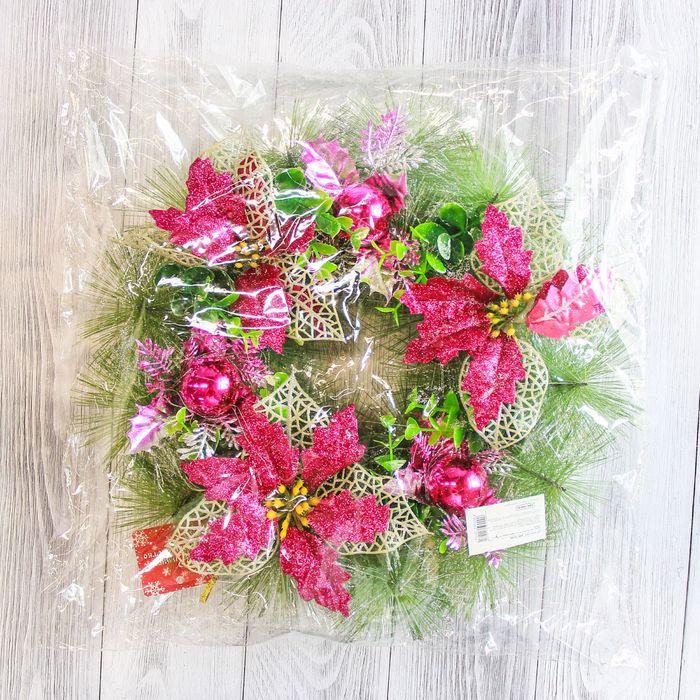 Венок новогодний d-30 см с малиновыми цветами и шарами