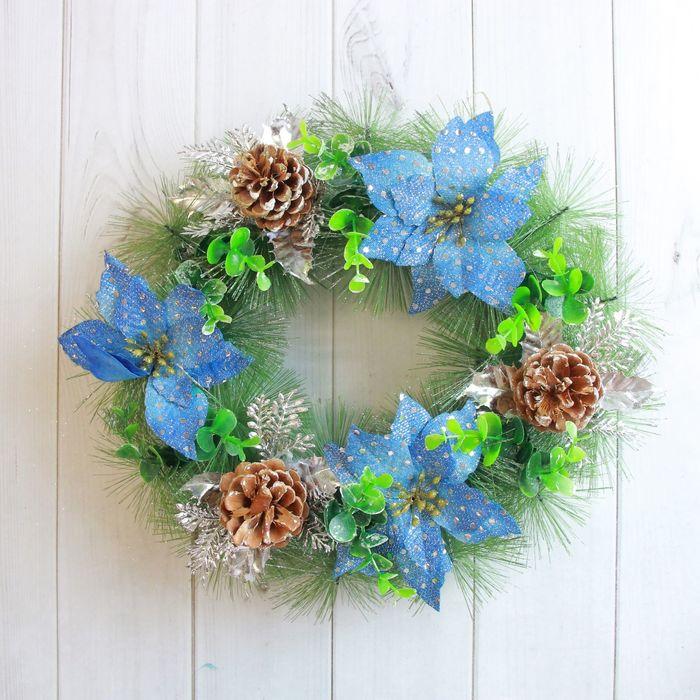 Венок новогодний d-30 см с синими цветами и шишками