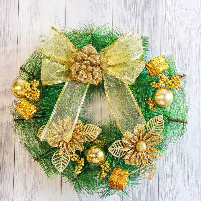 Венок новогодний d-27 см с золотым бантом и цветком