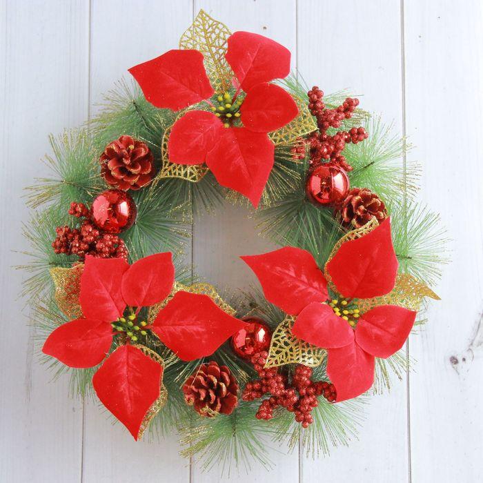 Венок новогодний d-30 см с красными цветами, шишками и шарами