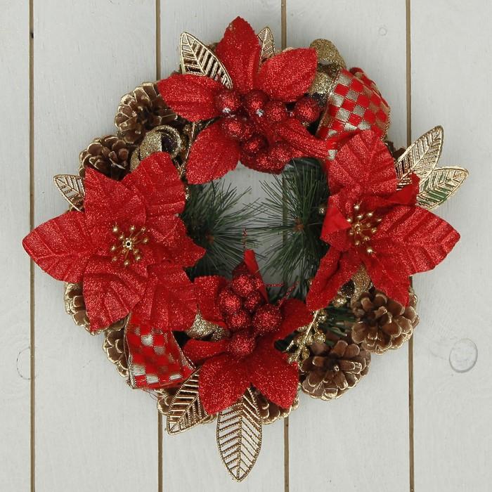 Венок новогодний d-20 см с красными цветами и золотыми листьями