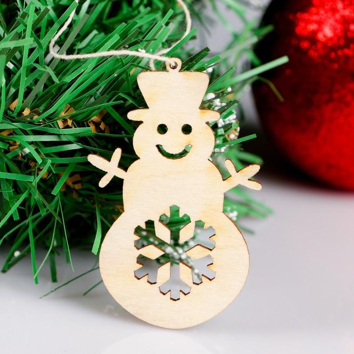 """Новогодний подвес """"Снеговик и снежинка"""", бежевый, 7 см + нитка"""